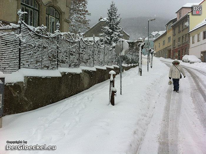 Hainburg - Fußgänger müssen wegen fehlender Schneeräumung auf der Straße gehen | Foto: DerGloeckel.eu