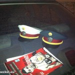 Polizeikappen auf der KFZ-Ablage | Foto: DerGloeckel.eu