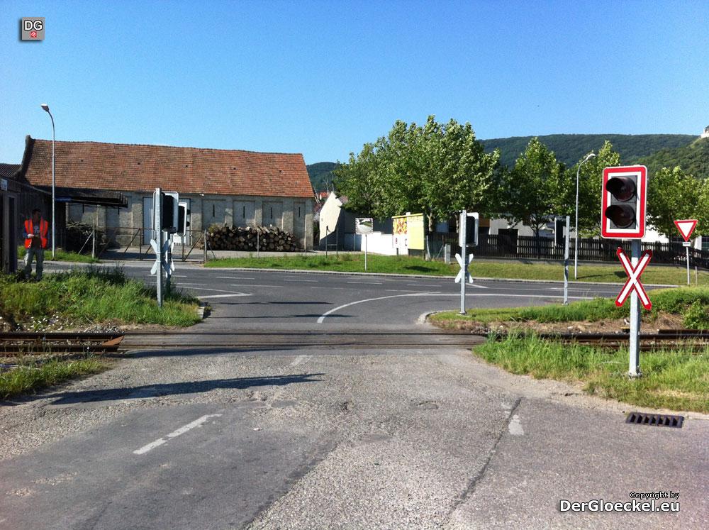 Bahnübergang in Hainburg nach Hochwassereinsatz sanierungsbedürftig