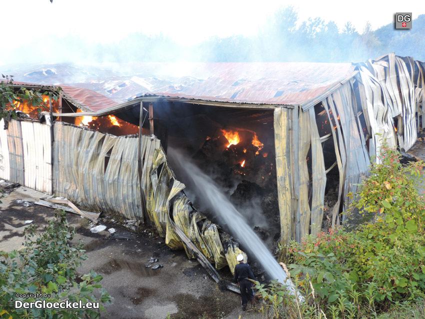 Brandbekämpfung im hinteren Teil der Halle | Foto: DerGloeckel.eu