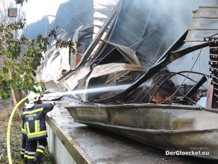 Männer der Feuerwehr bei Glutnestbekämpfung | Foto: DerGloeckel.eu