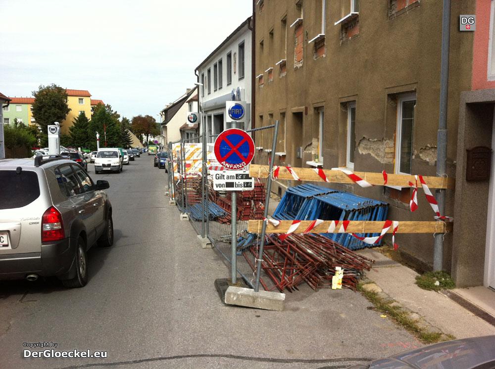 abgesperrter Gehsteig ohne Hinweistafeln | Foto: DerGloeckel.eu